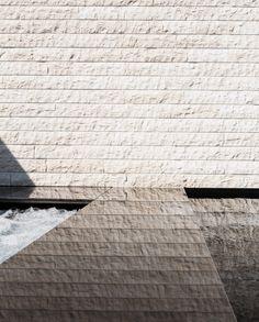 Poolrückwand als Verbindung zum Gebäude der Sauna