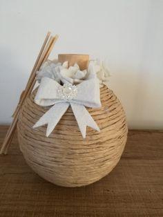 Profumatori fatti a mano con corda e feltro San Rocco, Marie Kondo, Gift Wrapping, Diy And Crafts, Shabby, Wraps, Bouquet, Basket, Beaded Bracelets