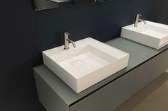 Banheiro de luxo com as pias Grafio