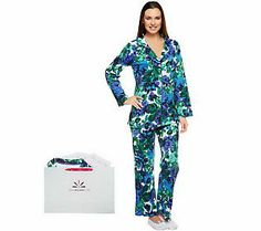 Vividly colored flowers are in full bloom on this printed pajama set. Cool Outfits, Fashion Outfits, Fashion Trends, Fashion Ideas, Soccer Shop, Printed Cotton, Pajama Set, Floral Prints, Comfy