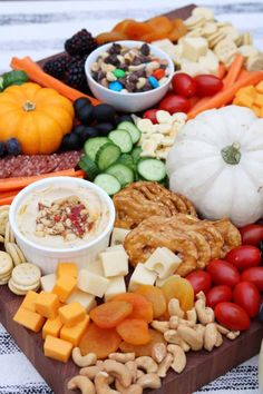 Charcuterie Board for Kids and a Mini Friendsgiving - Appetizers Fall Recipes, Healthy Recipes, Party Recipes, Party Snacks, Holiday Recipes, Healthy Snacks, Charcuterie And Cheese Board, Charcuterie Recipes, Charcuterie Platter