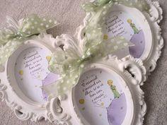 Quadro lembrancinha de maternidade, 8x9, impresso em alto alvura, personalizável, com moldura em gesso branco e acabamento em fita de voil.