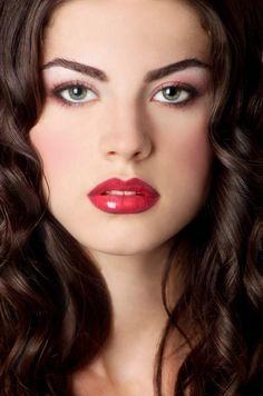 ROSSO LABBRA Di Stefania D'Alessandro Sono il simbolo per eccellenza di sensualità passionale. Sofisticate, altere, presuntuose, ammiccanti, le labbra rosse hanno da sempre contraddistinto dive e d…
