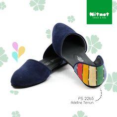 Flatshoes cantik dengan bahan lurik kombinasi suede. Sol karet anti selip.