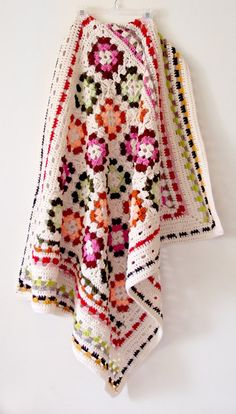 Pretty little granny square throw from capegiftshop on Etsy. Love the colour mix. Keep in mind for laters …