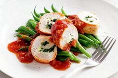 Low-fat chicken spinach rolls with green beans