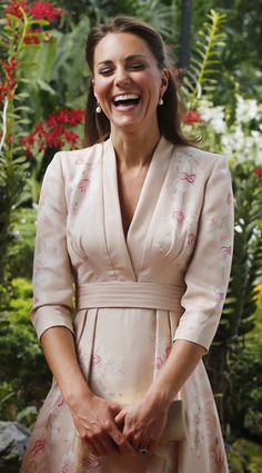 Love blooms for Princess Kate and prince William in Singapore~ Look how poised she looks and such a wonderful smile! Perfection~