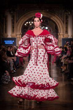 Otro clásico que nunca pasa de moda. ¿Os gusta? TRaje de flamenca blanco con lunares rojos; con flores de Pitiminí Flores. Fotografía de César Gil.