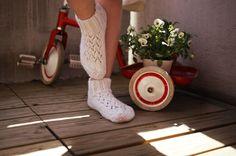Nyt jaankin ohjeen näihin yksinkertaisiin, kevyisiin ja pitsillä koristeltuihin villasukkiin, jotka ovat helpot ja nopeat tehdä.