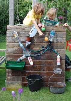 Experimente mit Wasser draußen , tolle Idee water play -- need to set up something for the kids!