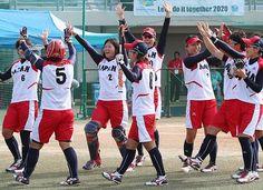 ソフトボール準決勝、台湾戦の1回、先頭打者の山本(左から2人目、背番号5)が先制本塁打を放ち、喜ぶ日本チーム=1日、韓国・仁川 ▼1Oct2014時事通信|ソフトボール日本、決勝へ=アジア大会・ソフトボール http://www.jiji.com/jc/zc?k=201410/2014100100420 #Incheon2014