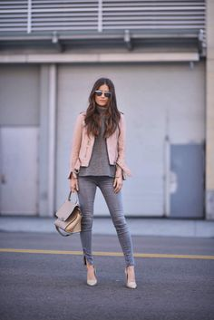 Pin by kelsey lorraine on passion 4 fashion in 2019 сдержанн Casual Winter Outfits, Chic Outfits, Fall Outfits, Fashion Outfits, Grey Jeans Outfit, Leather Jacket Outfits, Look Office, Casual Chique, Cuir Rose