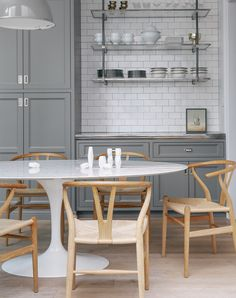 Ideia de prateleira na cozinha. E a mesa! E as cadeiras! Saarinen table and idea for shelf. Did I mentioned the chairs? Dining Table Marble, Home Kitchens, Oval Table Dining, Modern Kitchen, Tulip Dining Table, Dining Room Inspiration, Dining, Dining Table, Marble Dining