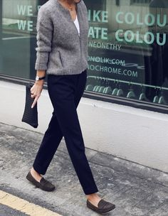 Gray sweater, slim black pants, dark clutch, suede loafers. Great everyday look.