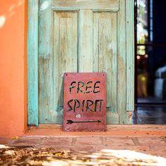 """377 Me gusta, 27 comentarios - Sil Scala (@elblogamarillo) en Instagram: """"Free Spirit 🌈 Amo profundamente los carteles de @bernadeco 💛 Son divinos para ambientar! Los hacen…"""""""