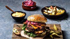 Burger med cheddar, bacon, rødløksmarmelade og chilimajones