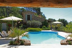 """Villa """"Adret du Coq"""" (Lorgues) - Authentieke Provençaalse villa met ruim privé zwembad en poolhouse. Oude balken en stenen muren, de charme van oud en het comfort van nieuw gecombineerd. Rustig gelegen tussen wijnvelden in een heuvelachtige en bosrijke omgeving. Dicht bij het authentieke Provençaalse stadje Lorgues. De indeling van de slaapkamers maakt deze villa goed geschikt voor 2 gezinnen. De villa is geschikt voor 8 personen."""