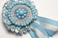 Escarapela argentina. Ribbon Flower Tutorial, Practical Gifts, Unusual Gifts, Rosettes, Crochet Projects, Best Gifts, Brooch, Turquoise, Jewels