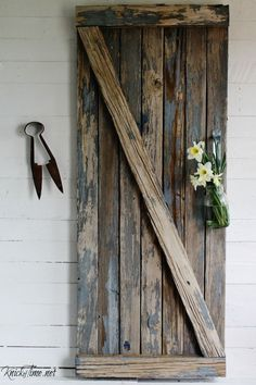 See how easy it is to turn a weathered and worn out old picnic table into a decorate barn gate for a farmhouse wall display! Rustic Farmhouse Decor, Rustic Decor, Farmhouse Style, Repurposed Wood, Repurposed Items, Diy Home Decor On A Budget, Old Doors, Diy Woodworking, Furniture Makeover