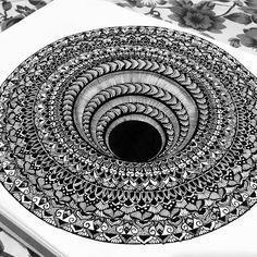 Mandala whirlpool optical effect - drawing mandala piirustus, mandala ma Mandala Doodle, Mandala Art Lesson, Mandala Artwork, Mandalas Drawing, Painting Art, Doodle Art Drawing, Zentangle Drawings, 3d Drawings, Mandala Tattoo