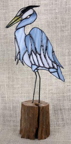 Héron bleu teinté vitre oiseaux sur socle en bois par BerlinGlass