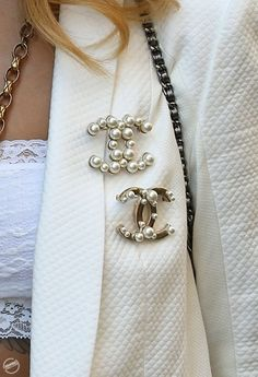 I love my Chanel brooches so much. It's so important to accessorize, and still maintain a minimalist look. Estilo Coco Chanel, Broche Chanel, Looks Style, My Style, Bling Bling, Cowgirl Bling, Estilo Glamour, Mode Chanel, Chanel Chanel