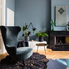 Met een lik verf geef je een ruimte een snelle make-over, maar niets zo lastig als kleur bekennen, dus waar begin je? Stylist Frans biedt uitkomst en legt in aflevering 9 van 'Weer verliefd op je huis' met handige tips en trucs uit hoe je meer kleurvertrouwen krijgt. (in samenwerking met Flexa) Voordat je begint… Color Inspiration, Interior Inspiration, La Haye, Design Furniture, Egg Chair, Interior Styling, Accent Chairs, Sweet Home, New Homes