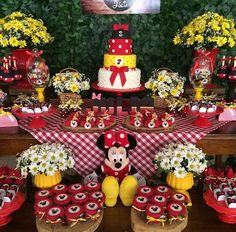 Minnie Sunflower Birthday Parties, Sunflower Party, First Birthday Parties, Birthday Party Themes, Minnie Mouse Birthday Theme, Minnie Mouse Party, Minnie Mouse Decorations, Birthday Decorations, Mickey Mouse Centerpiece