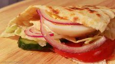Zutaten: Für 1 Fladenbrot: 60 g Weizenmehl, 2 EL Joghurt, 1 EL Öl, 1 EL Milch, 1/4 TL Backpulver und eine Prise Salz. Für die Füllung: Salat, Gurke, Tomaten, Weißkrautsalat, Eier (hart gekocht), Zw…