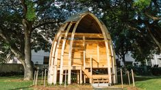University of Hawaii architecture graduate Joey Valenti has designed prefabricated affordable housing units made from invasive albizia trees on Oahu island. Space Architecture, School Architecture, Affordable Prefab Homes, Low Cost Housing, University Of Hawaii, Compact House, Prefabricated Houses, Dome House, Thatched Roof