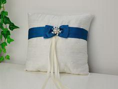 Ringkissen elfenbeinweiß mit blauer Schleife