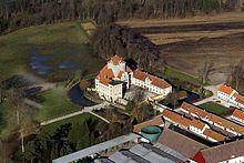 Gjorslev Slot, Stevns - Blev opført omkring 1396 af Roskildebispen Peder Jensen Lodehat. Slottet er udformet som en korsbygning med det ca. 30 meter høje tårn i midten.