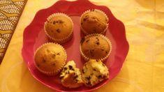 Ricetta Muffin yogurt e cioccolato, deliziosi dolcetti per la prima colazione. Pochi ingredienti per dolci soffici e golosi con gocce...
