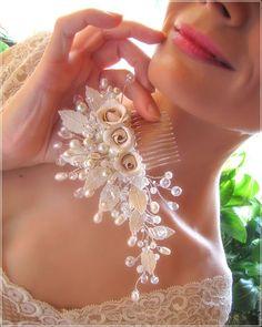 Wedding flowers hairpin / Свадебный гребень для волос с цветами и листьями. Гребень в прическу невесты с розами и листьями.  Свадебный гребень с жемчугом и цветами из полимерной глины.