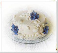 http://www.letortedipezzettiello.com/2012/12/torta-con-conchiglie-e-fiori-blu.html