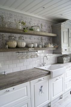 Adorable 60 Fancy Farmhouse Kitchen Backsplash Decor Ideas https://roomadness.com/2017/12/15/60-fancy-farmhouse-kitchen-backsplash-decor-ideas/