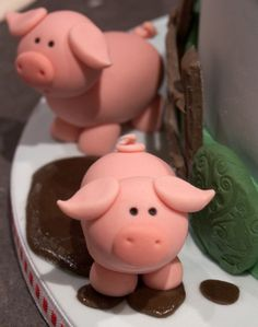 pigs by Nelezenia Taylor Fondant Toppers, Fondant Cakes, Cupcake Cakes, Mini Cakes, Cake Decorating Tutorials, Cookie Decorating, Como Hacer Royal Icing, Farm Cake, Fondant Animals