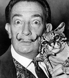Le peintre Salvador Dali en compagnie de son chat, Babou