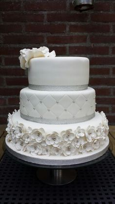 Bruidstaart wit en zilver White Wedding Cakes, Beautiful Wedding Cakes, Beautiful Cakes, Amazing Cakes, Crazy Cakes, Fancy Cakes, Fondant, Couture Cakes, Bridal Shower Cakes