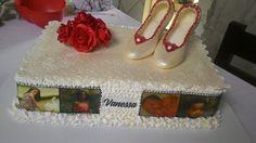 Bolo de leite ninho e brigadeiro, decorado com sapato de salto de chocolate e rosas vermelhas, de pasta americana.