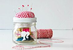 DIY Mason Jar Christmas Craft Ideas - Sewing Kit in a Jar - Click pic for 25 Holiday Crafts for Kids Pot Mason Diy, Mason Jar Gifts, Mason Jars, Glass Jars, Handmade Christmas Gifts, Christmas Crafts, Christmas Child, Homemade Christmas, Christmas Ideas