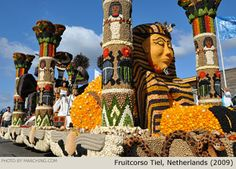 Parade float covered entirely with fruit and vegetables - 2009 Fruitcorso Tiel (Netherlands)