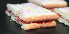 Hindbærsnitter med vanilje i dejen, hindbærmarmelade imellem samt glasur og krymmel på toppen.
