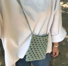 손뜨개~도안및자료실 | 밴드 Crochet Clutch, Crochet Purses, Bead Crochet, Crochet Crafts, Crochet Projects, Crochet Phone Cover, Creative Bag, Crochet Mobile, Macrame Bag