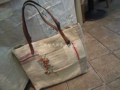 I like this bag--waiting to be duplicated. I didn't see instructions here, though. So I'll have to imagine them 😀 Burlap, Reusable Tote Bags, Handbags, Purses, Sewing, Waiting, Bags, Totes, Dressmaking