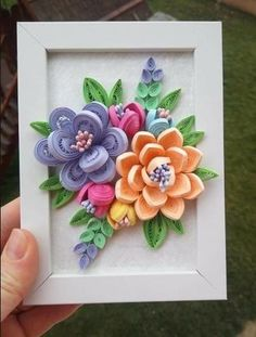 Quilled paper flowers - Quilling Deco Home Trends Quilling Flowers Tutorial, Paper Quilling Flowers, Paper Quilling Cards, Paper Quilling Patterns, Quilled Paper Art, Paper Flowers Craft, Paper Flower Tutorial, Paper Crafts, Diy Paper