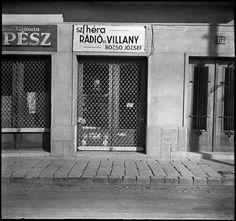 Szerző:Kinszki Imre (1901-1945)  Cím:[Műhelyek, lehúzott rolóval] [Fénykép] : [az egyiken felirat: Szfhéra, rádió és villany, Bozsó József]  Dátum:[1930-as évek] Old Signs, Budapest, Garage Doors, Outdoor Decor, Hungary, Home Decor, Photography, Decoration Home, Photograph
