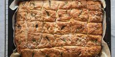 Foccacia eller italiensk langpannebrød - Denne porsjonen passer perfekt til en avlang form som er litt mindre enn en langpanne, som et A3-ark omtrent. Og du trenger fersk rosmarin, flaksalt og gjerne sorte oliven uten steiner.