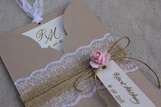 Faire-part pochette gamme |Romantique chic|. Ce faire-part pochette allie des matériaux raffinés tels que le kraft couleur manille, la dentelle blanche fine épaisseur 4,5 cm, du ruban de toile de jute, de la ficelle lin, le tout habillé dune petite fleur. Dimensions de la pochette
