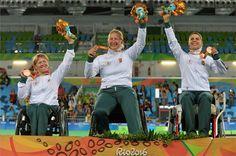 A Magyar Olimpiai Bizottság által közzétett képen a bronzérmes női párbajtőr…